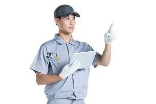 Repairman holding a digital tabletの写真素材 [FYI02223753]