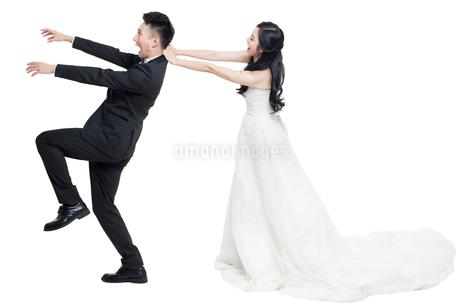 Humorous bride and groomの写真素材 [FYI02223865]