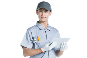 Repairman holding a digital tabletの写真素材 [FYI02223995]