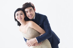 Portrait of elegant young Chinese coupleの写真素材 [FYI02224139]