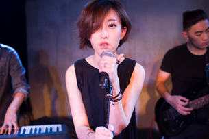 Musical band performing on stageの写真素材 [FYI02224142]