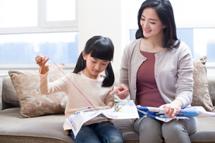 Mother teaching daughter embroideryの写真素材 [FYI02224159]