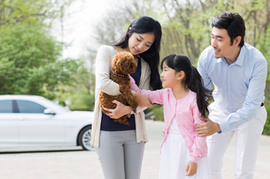 Young family with their pet dogの写真素材 [FYI02224245]