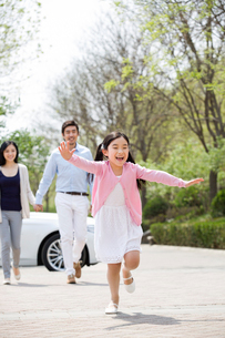 Happy young family and carの写真素材 [FYI02224253]
