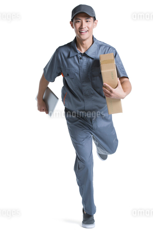 Delivery person delivering packageの写真素材 [FYI02224260]