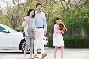 Happy young family with their pet dogの写真素材 [FYI02224371]
