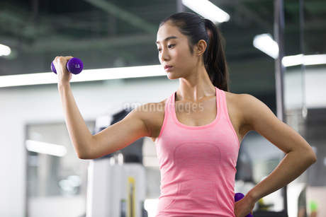 Young woman exercising at gymの写真素材 [FYI02224377]