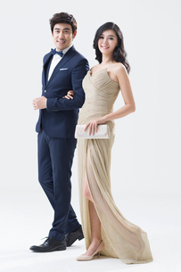 Elegant young Chinese couple walkingの写真素材 [FYI02224418]