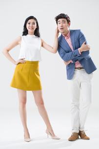 Humorous young Chinese coupleの写真素材 [FYI02224491]