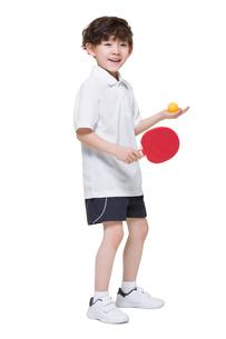 Cute boy playing table tennisの写真素材 [FYI02224544]
