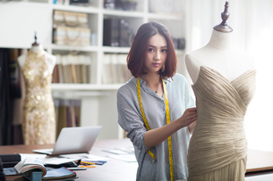 Fashion designer working in studioの写真素材 [FYI02224557]