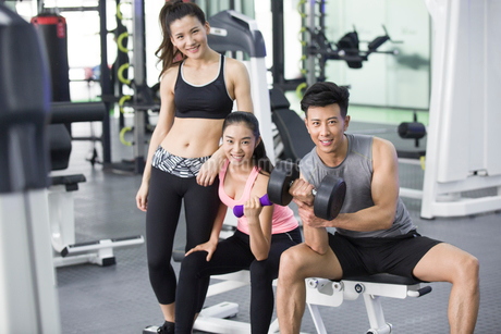 Young adult exercising at gymの写真素材 [FYI02224601]
