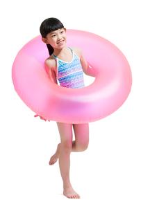 Cute girl in swimsuit with swim ringの写真素材 [FYI02224651]
