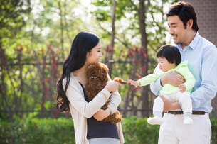 Happy young family with their pet dogの写真素材 [FYI02224699]