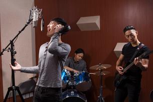 Musical band in recording studioの写真素材 [FYI02224713]