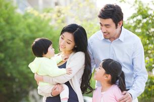Happy young familyの写真素材 [FYI02224728]