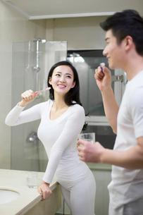Happy young couple brushing teethの写真素材 [FYI02224744]