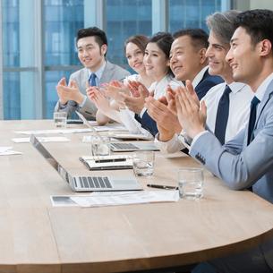 Business people having meeting in board roomの写真素材 [FYI02224779]
