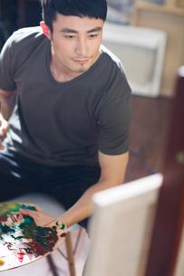 Artist painting in his studioの写真素材 [FYI02224787]