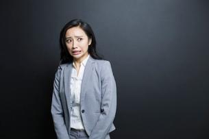 Scared businesswomanの写真素材 [FYI02224821]