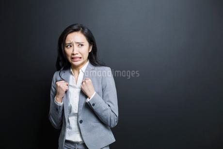 Scared businesswomanの写真素材 [FYI02224881]