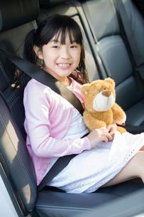 Cute little girl sitting in car back seatの写真素材 [FYI02224886]