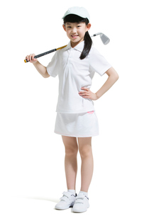 Cute girl playing golfの写真素材 [FYI02224890]