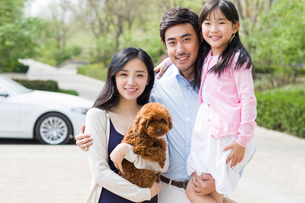 Happy young family with their pet dogの写真素材 [FYI02224920]