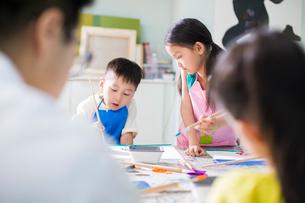 Little children painting in art classの写真素材 [FYI02224921]