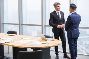 Businessmen talking in meeting roomの写真素材 [FYI02224996]