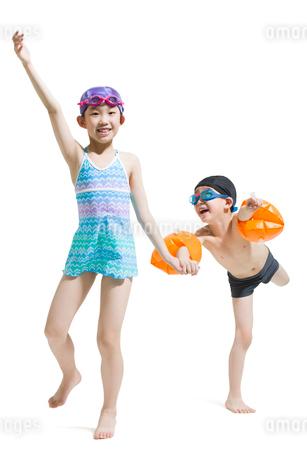 Cute children in swimsuit runningの写真素材 [FYI02224999]
