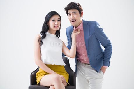 Humorous young Chinese coupleの写真素材 [FYI02225003]