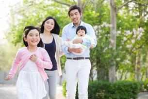 Happy young familyの写真素材 [FYI02225011]