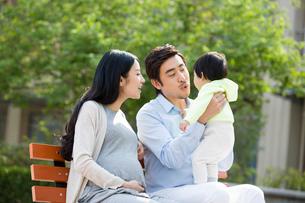 Happy young familyの写真素材 [FYI02225025]