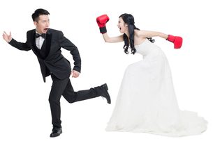 Humorous bride and groomの写真素材 [FYI02225057]