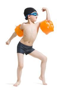 Cute boy in swimsuit with water wingsの写真素材 [FYI02225086]