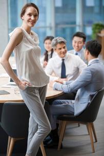 Portrait of confident businesswoman in meeting roomの写真素材 [FYI02225088]