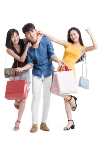 Happy young friends shoppingの写真素材 [FYI02225095]