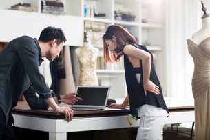 Fashion designers working in studioの写真素材 [FYI02225101]