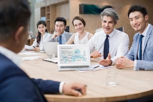 Business people having meeting in board roomの写真素材 [FYI02225113]