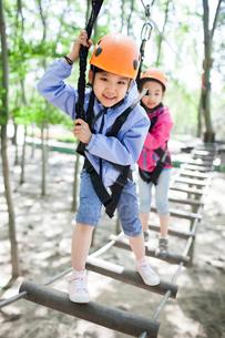 Happy children playing in tree top adventure parkの写真素材 [FYI02225171]