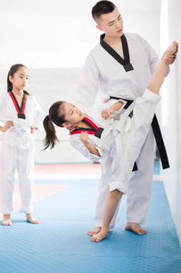 Young instructor teaching children Tae Kwon Doの写真素材 [FYI02225181]