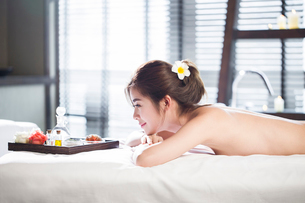 Beautiful young woman relaxing on massage tableの写真素材 [FYI02225188]