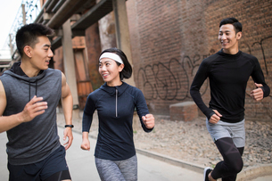 Young Chinese friends jogging outdoorsの写真素材 [FYI02225208]