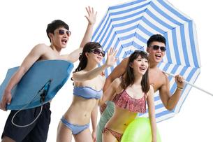 Happy young friends in swimsuit having funの写真素材 [FYI02225221]