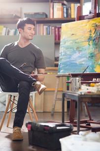 Artist painting in his studioの写真素材 [FYI02225235]