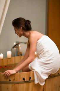 Beautiful young woman sitting by the bathtubの写真素材 [FYI02225244]