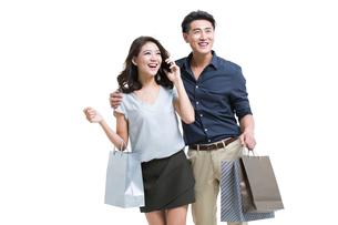 Happy young couple shoppingの写真素材 [FYI02225262]