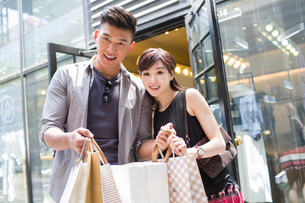 Happy young couple with shopping bagsの写真素材 [FYI02225265]