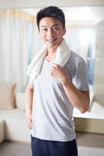 Young man exercising at homeの写真素材 [FYI02225290]